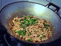 Smażąca minced wieprzowina z basilem opuszcza w gorącej niecce Zdjęcie Stock