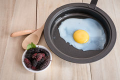 Smażąca morwa i jajko obrazy stock
