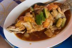 Smażąca ryba z vegy przy azjatykcią uliczną kawiarnią obraz stock