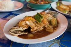 Smażąca ryba z vegy przy azjatykcią uliczną kawiarnią zdjęcie royalty free