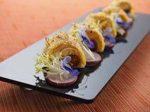 Smażąca rybia skóra na czarnym talerzu w azjatykciej restauraci Fotografia Stock