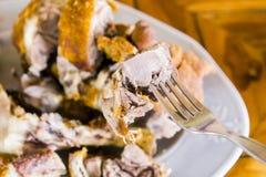 Smażąca wieprzowiny noga na białym naczyniu. Fotografia Royalty Free