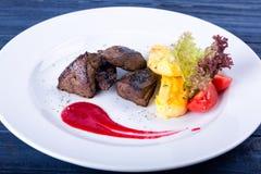 Smażąca wołowiny wątróbka z ziele, pikantność i kumberlandem na talerzu, Fotografia Stock