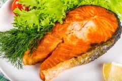 Smażący łososiowy stek z pikantność, zbliżenie Zdjęcia Stock