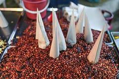 Smażący arachid w papierowym opakunku dla sprzedaży fotografia stock