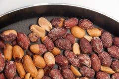 Smażący arachidy w smaży niecce zdjęcia royalty free