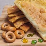 Smażący bagels na półkowym zakończeniu i kulebiaki Zdjęcie Royalty Free
