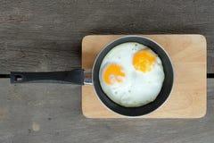 Smażący bliźniaczy jajka z niecką Fotografia Royalty Free