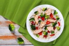 Smażący brokuły, dzwonkowy pieprz i kurczak pierś, Obrazy Royalty Free