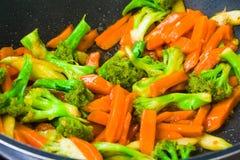 Smażący brokuły i marchwiany przepis zdjęcie stock