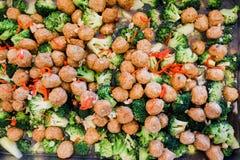 Smażący brokuły z krewetkowymi piłkami Obrazy Stock