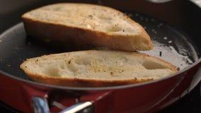 Smażący chleb na niecce zbiory wideo