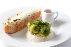 Smażący czerwony rybi stek w garnku, ryż, kapuscie i kumberlandzie w białym talerzu na odosobnionym białym tle białych, fotografia royalty free