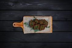 Smażący czosnków croutons, czarny chleb z koperem Na drewnianej desce Odgórny widok Czarny drewniany tło obrazy royalty free