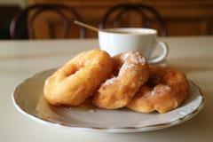 Smażący donuts z miodem i kawą zdjęcie stock