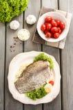 Smażący dorsz na bielu talerzu z świeżymi warzywami Fotografia Royalty Free
