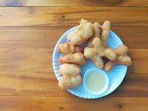 Smażący doughstick, Chiński mąka grylaż i słodzący zgęszczony mleko w białym naczyniu, jakby Obrazy Stock