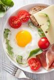Smażący jajeczni baleronów pomidory dla zdrowego śniadania Zdjęcie Royalty Free