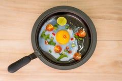 Smażący jajeczni i boczni naczynia obrazy stock