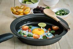 Smażący jajeczni i boczni naczynia zdjęcia stock