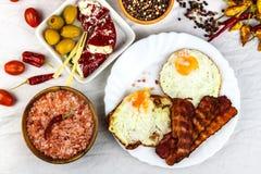 Smażący jajeczny i piec na grillu bekon na kuchennym stole Zdrowa śniadaniowa proteina dla atlet zdjęcia royalty free