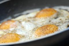 Smażący jajka zdjęcia stock