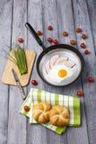 Smażący jajka i baleronu śniadanie Obraz Stock