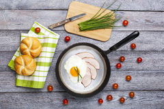 Smażący jajka i baleronu śniadanie Fotografia Stock