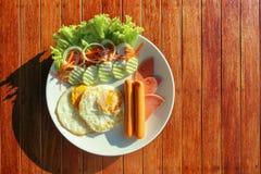 smażący jajka na bielu talerzu pod światłem słonecznym Zdjęcia Royalty Free