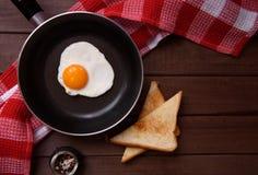 Smażący jajka na niecce Fotografia Stock