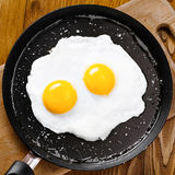 Smażący jajka na niecce Zdjęcia Stock