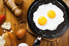 Smażący jajka na niecce Obrazy Stock