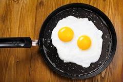 Smażący jajka na niecce Obrazy Royalty Free