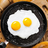 Smażący jajka na niecce Zdjęcie Stock