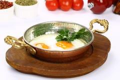 Smażący jajka na niecce Obraz Stock