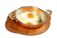 Smażący jajka na niecce Zdjęcia Royalty Free