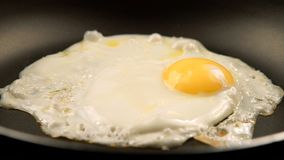Smażący jajka na niecce - Boczny widok Zdjęcia Royalty Free