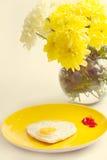 Smażący jajka w sercowatym chryzantemy blisko Zdjęcie Stock