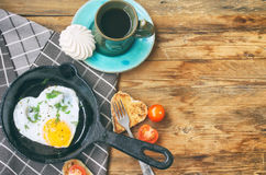 Smażący jajka w smażyć nieckę, grzanka kierowy kształt, filiżanka kawy Zdjęcie Stock