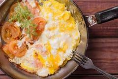 Smażący jajka w smażyć nieckę z pomidorami, koperem i rozwidleniem na drewnianym tle, Odgórny widok Obraz Stock