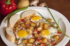 Smażący jajka wliczając francuskiego chleba, pieczarka, zielony pieprz, smażąca grula, czerwony pieprz Zdjęcie Stock