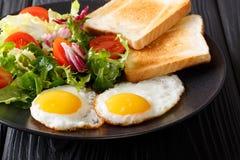 Smażący jajka z świeżego warzywa grzanki i sałatki zakończeniem horizo zdjęcia stock