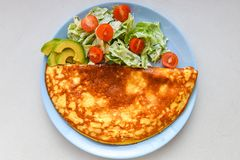 Smażący jajka z jarzynową sałatką Omlet z jarzynow? sa?atk? fotografia royalty free