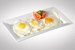 Smażący jajka z pokrojonym pomidorem Obraz Stock