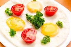 Smażący jajka Z pomidorami Zdjęcie Stock