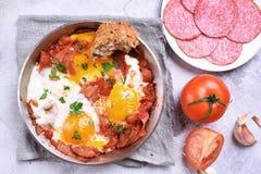 Smażący jajka z pomidorami i bekonem Obrazy Royalty Free