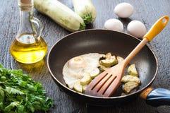 Smażący jajka z zucchini i pietruszką Zdjęcie Royalty Free