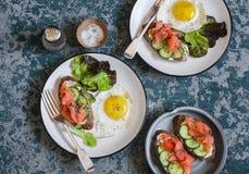 Smażący jajko, łososiowa kremowego sera kanapka i - wyśmienicie, na drewnianym tle, odgórny widok Obrazy Royalty Free