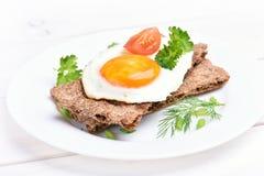 Smażący jajko na crispbread Zdjęcia Royalty Free