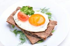 Smażący jajko na crispbread Obrazy Royalty Free